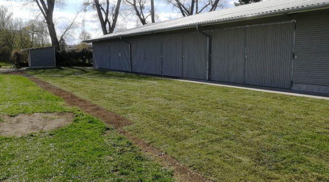 Der Rasen um das neue Bootshaus wurde heute verlegt – Helfer gesucht!